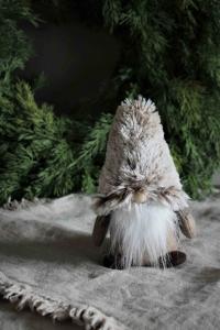 Tomte Santa Tiny, 16cm, från Majas lyktor säljs till förmån för Barncancerfonden