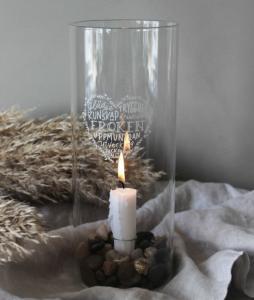 Ljusstake Fröken, klarglas, från Majas lyktor säljs till förmån för Barncancerfonden