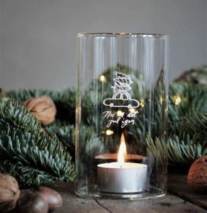 Ljuslykta Nu är det jul igen (klarglas) från Majas lyktor säljs till förmån för Barncancerfonden