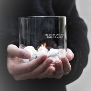Ljuslykta In every darkness, klarglas, från Majas lyktor säljs till förmån för Barncancerfonden
