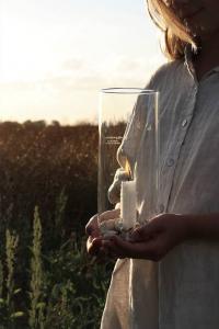 Ljusstake Sommarmys, klarglas, från Majas lyktor säljs till förmån för Barncancerfonden