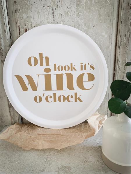 "Bricka ""Wine o'clock"" (rund, 31cm) • Pryloteket"