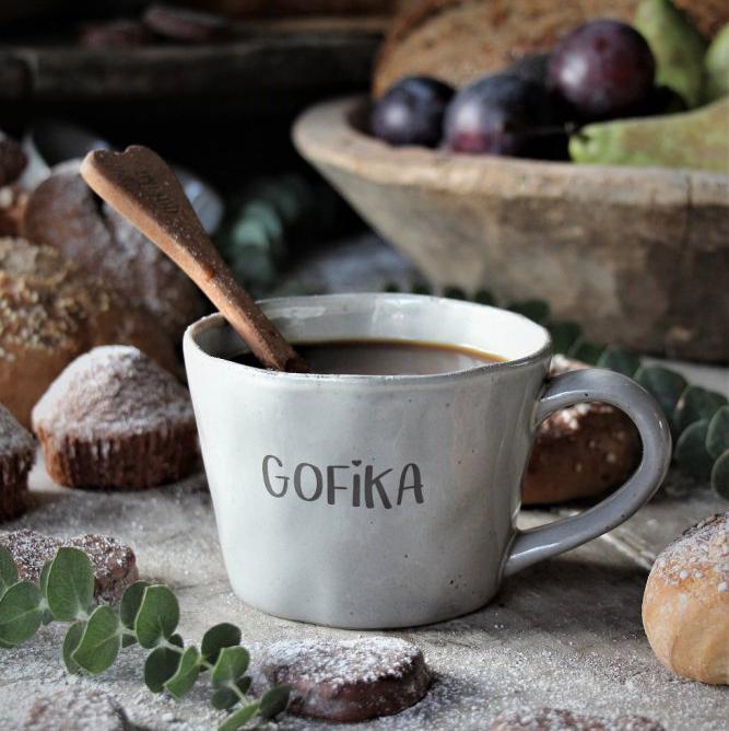"""Mugg """"Gofika"""" (med handtag) - Majas lyktor/Barncancerfonden • Pryloteket"""